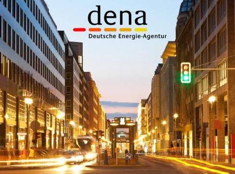 dena Logo vor abendlicher Stadtansicht